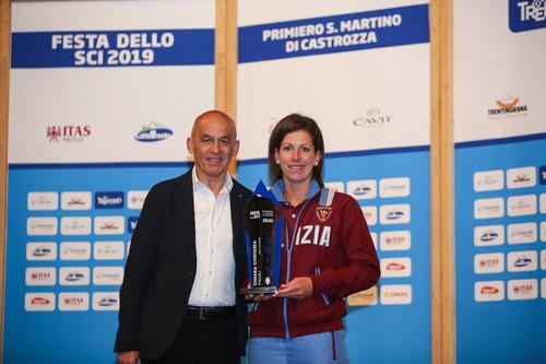 Chiara Costazza premiata da Tiziano Mellarini