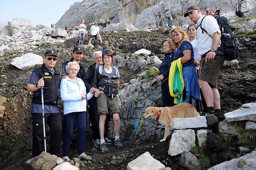 Familiari e ufficiali delle Fiamme Gialle davanti alla croce (foto Piazzi)