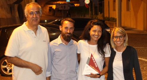 Alessandra Zeni (terza da sinistra) riceve il premio di miglior giocatrice del campionato femminile da Beppe Fratacci
