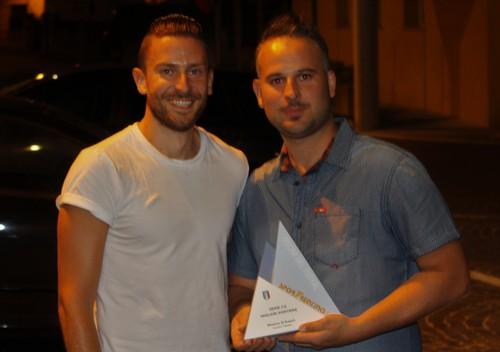Marco D'Angiò, miglior portiere della C2, premiato da Andrea Scalet