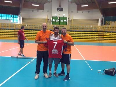 Roby Strazzeri e Gianni Reale con Cristiano Fusari e la maglia della Cogianco donata al Camp