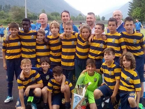 Il gruppo dell'Hellas Verona con il trofeo