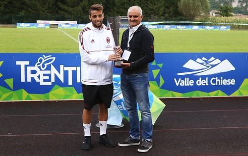 Massimo Valenti, presidente del Consorzio Turistico, premia il capitano del Milan El Hilali