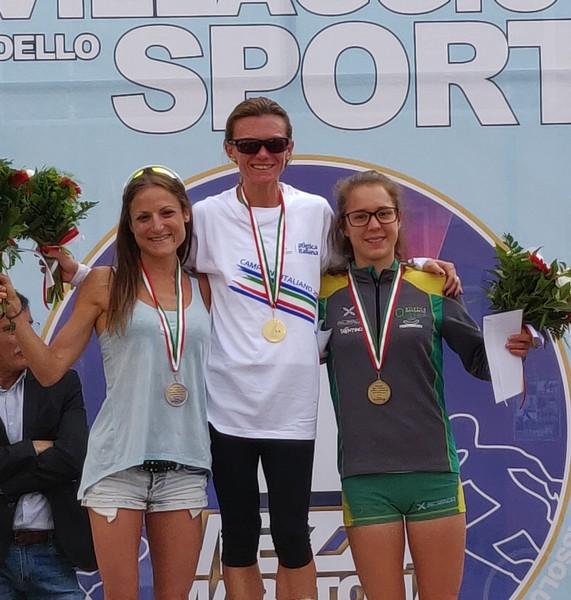 Isabeel Mattuzzi sul terzo gradino del podio, Valeria Straneo prima, Sara Dossena seconda