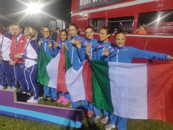 Isabel Mattuzzi con la squadra donne che ha conquistato la medaglia di bronzo