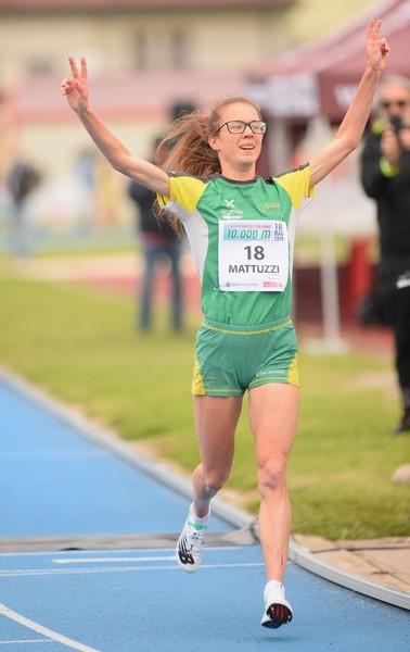 Isabel Mattuzzi a braccia alzate sul traguardo (foto Calore/Fiamme Oro)