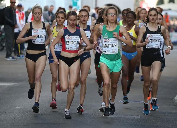 La gara assoluta femminile con Isabel Mattuzzi a fare l'andatura (foto Colombo)