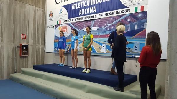 Elisa Ducoli sul terzo gradino del podio dei 1500m  U20
