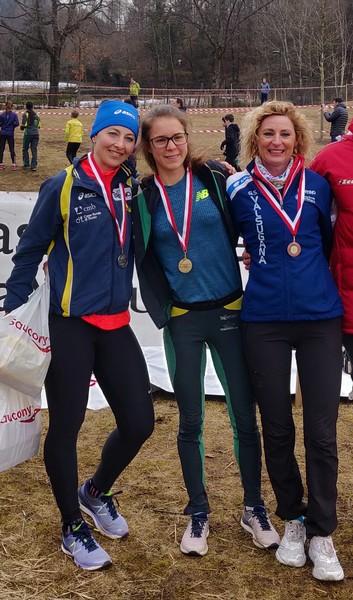 Isabel Mattuzzi (al centro) campionessa regionale assoluta di cross 2019