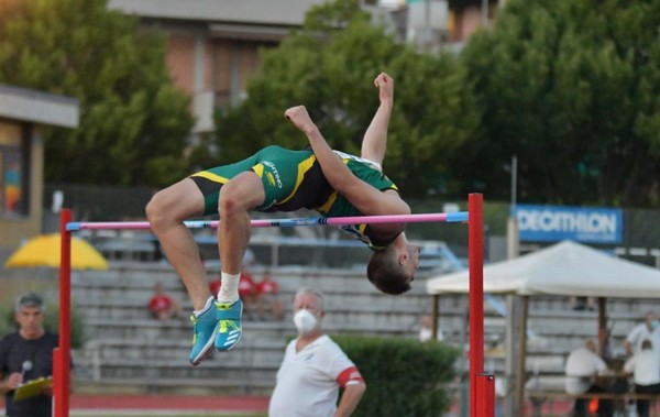 Lorenzo Naidon supera i 2,02 nell'alto (foto Claudio Naidon)