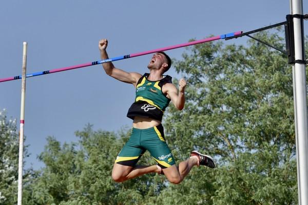 Lorenzo Naidon gioisce per il nuovo record di salto con l'asta, 4,60 (foto Claudio Naidon)