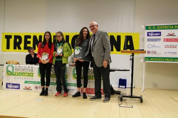 Da sx, le azzurre Marta Ronconi e Isabel Mattuzzi, poi l'atleta dell'anno Jessica Peterle con il presidente Carlo Giordani