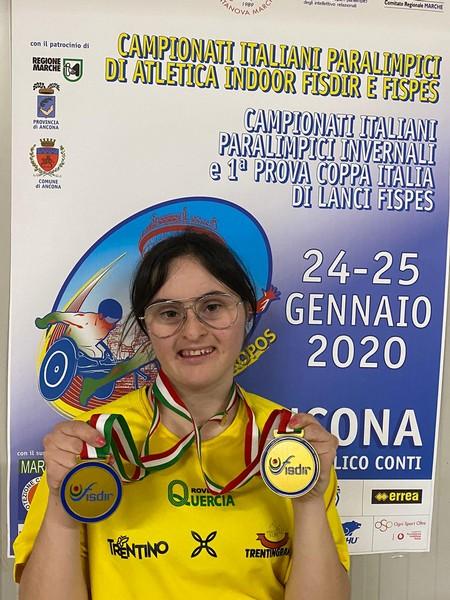 Elisa Zendri con le due medglie d'oro vinte ad Ancona