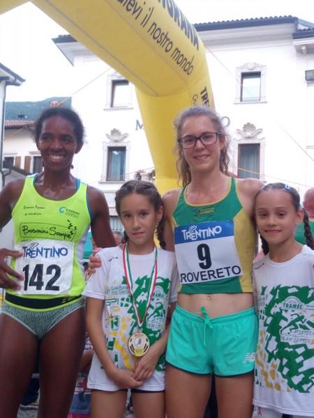 Isabel Mattuzzi con Sonia Conceicao Lopez (seconda dietro ad Isabel) e due giovani fans