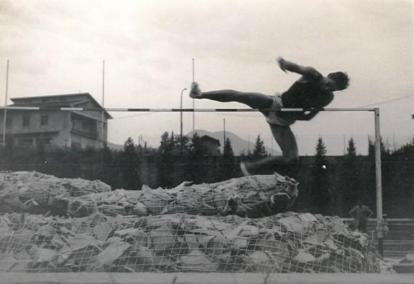 Vittorio Colombo impegnato sulla pedana dello stadio Querica nel salto in alto con lo stile ventrale