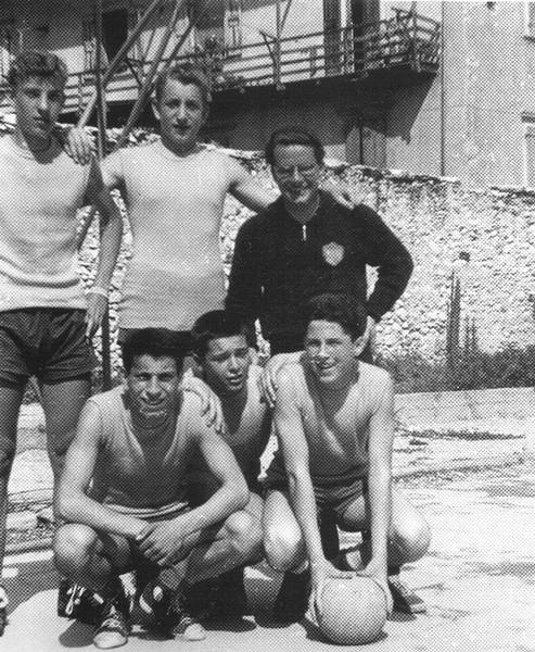 Ezio Tomasi, con la squadra di basket della Quercia nel campo di via San Giovanni Bosco