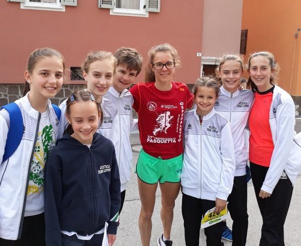 Isabel con i giovani atleti-e dell'Atletica Team Loppio