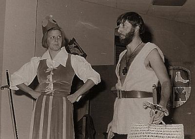 """1975: """"Re Arturo"""" alla sala municipale di Predazzo. Nicoletta Girardi e Andrea Castelli"""