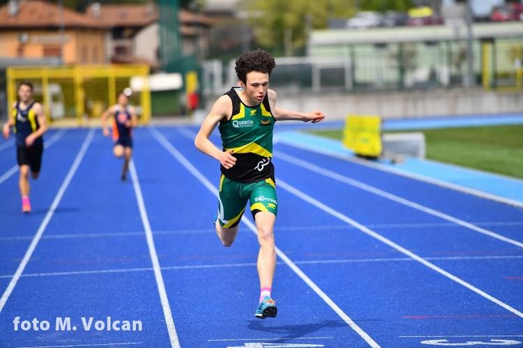 Simone Fedel secondo nel lungo con il personale e qui in gara sui 300m