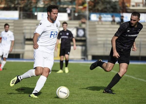 Il bianconero Marco Tranquillini in azione nel derby (foto Hodaj)