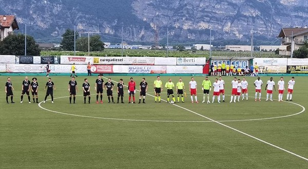 Le squadre schierate prima del match