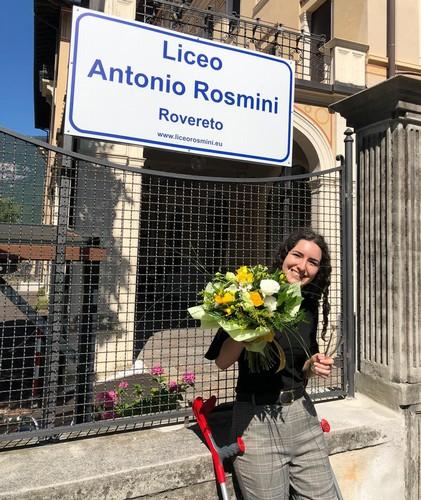 Emma Galbero festeggia il Diploma davanti al Liceo Antonio Rosmini di Rovereto