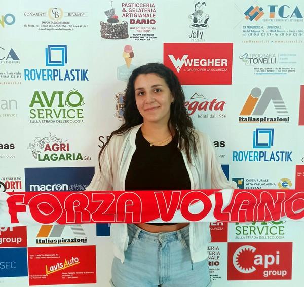 Alice Bellini dopo la firma nella sede di Volano Volley