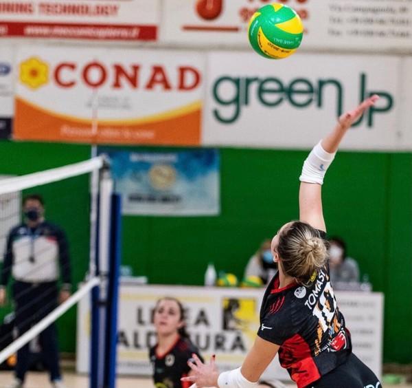 Aurora Tomasi attacca al centro della rete con la maglia della Promoball Brescia