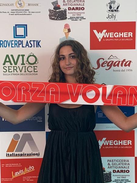 Carlotta Petruzziello dopo la firma nella sede di Volano Volley