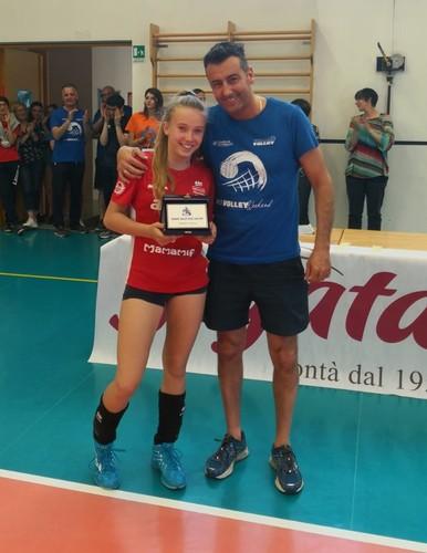 Michelle Ponte, premiata dal dirigente Michele Demonti, si è rivelata la miglior atleta dell'Under 13 Volley Weekend