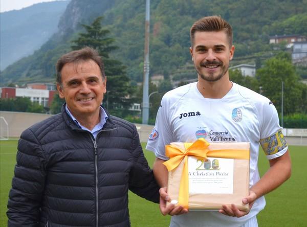Prima della partita contro il Gardolo, il presidente Luigi Bertolini ha consegnato una targa a capitan Cristian Pozza per il prestigioso traguardo delle 200 gare in maglia tricolore