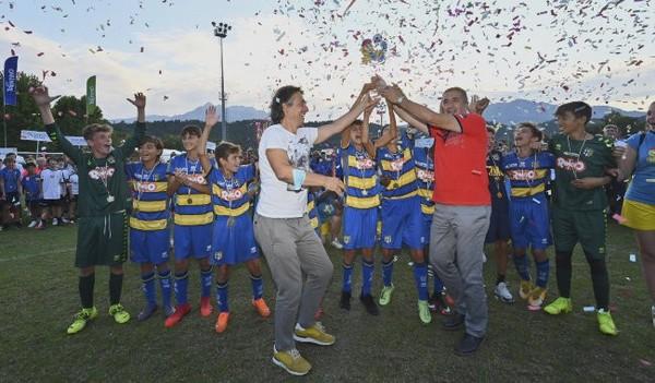 Renzo Merlino (a destra) premia i baby calciatori del Parma