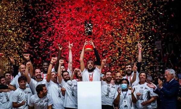 Marco Belinelli alza al cielo la Supercoppa