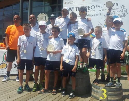I Giovanissimi dell'Uc Valle di Cembra con il trofeo di prima società classificata