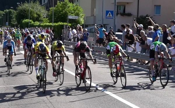 L'arrivo della corsa, con Thomas Capra al centro