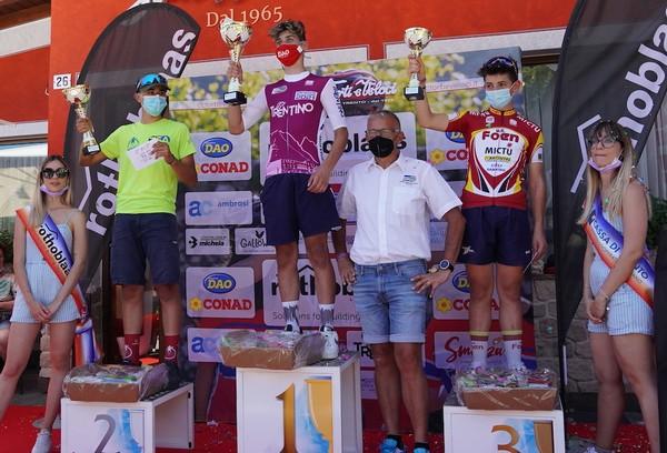 Il podio con Magagnotti al centro con la maglia di campione trentino