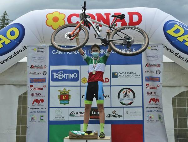 Mattia Stenico in maglia tricolore (foto Newspower)