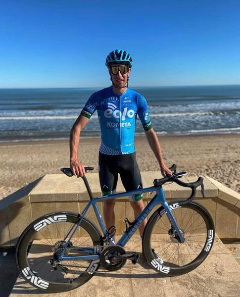 Davide Bais in Spagna con la nuova maglia della Eolo Kometa