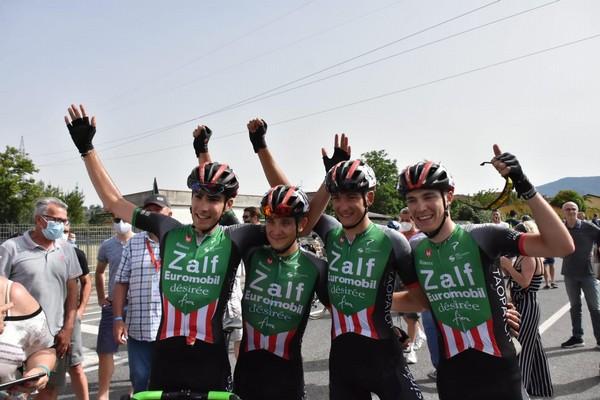 Zambanini (primo da sinistra) esulta con i compagni di squadra