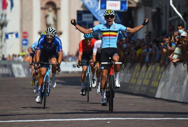 Lo sprint vincente di Nys in Piazza Duomo