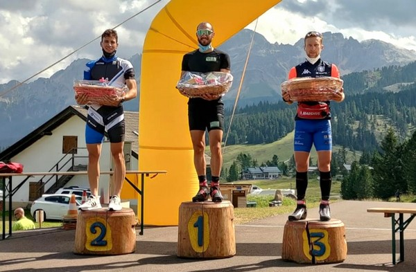 Il podio della categoria senior con Tanel vincitore
