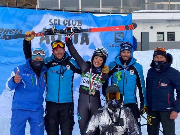 Beatrice Sola con i tecnici del Comitato e del Falconeri ski Team