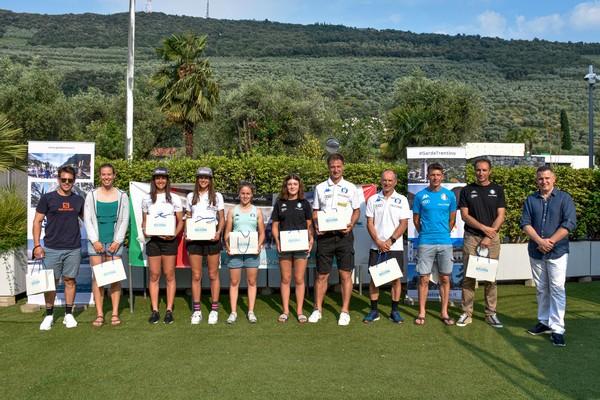 Atlete e staff della nazionale combinata con De Aliprandini e Gisin (foto Dennis Pasini/Vitesse)