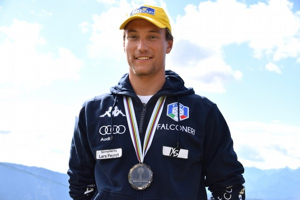 Filippo Zamboni con al collo la medaglia d'argento di Coppa del Mondo slalom