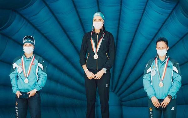 Caterina Ganz con al collo la medaglia d'oro tricolore