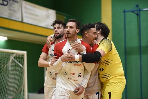 Frisenna abbracciato dai compagni dopo il gol della vittoria
