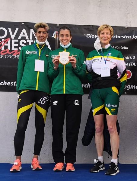 Adelaide Sansoni, Vittoria Giordani (al centro) e Maura Marchiori, la squadra di marcia dell'U.S. Quercia Trentingrana