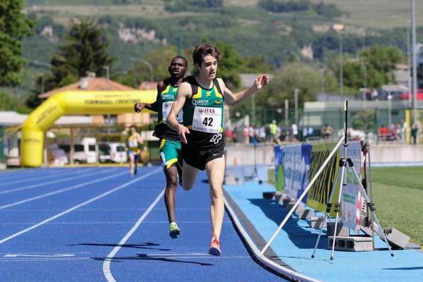 Simone Valduga precede Pornon Toure sugli 800m (foto M. Volcan)